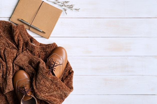 Platliggend met comfortabele warme outfit voor koud weer. de comfortabele herfst, de winterkleren het winkelen, verkoop, stijl in het concept van aardetintkleuren, hoogste mening, exemplaarruimte Premium Foto