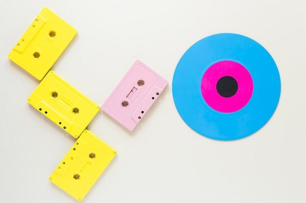 Platliggende audiocassettes met een vinylschijf Gratis Foto