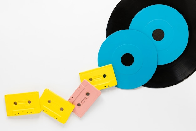 Platliggende audiocassettes met vinylschijven Gratis Foto