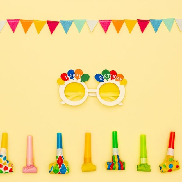 Platliggende decoratie met feestbril en blowers Gratis Foto
