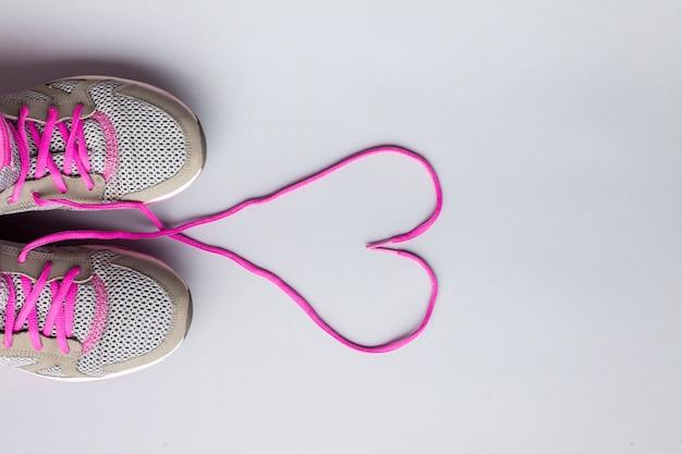 Platliggende hardloopschoenen met hartvormige veters Gratis Foto