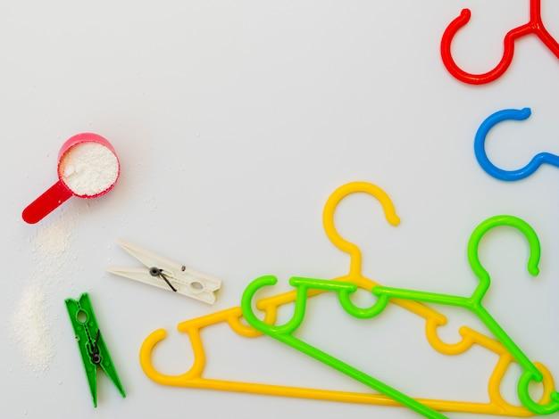 Platliggende kleurrijke kleerhangers met wasknijpers Gratis Foto