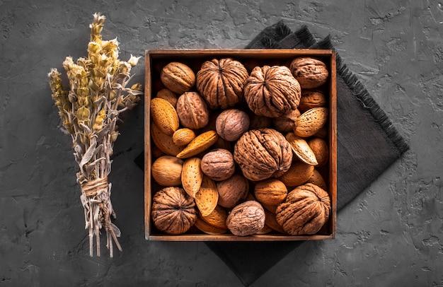 Platliggende mix van walnoten en zaden in doos Gratis Foto