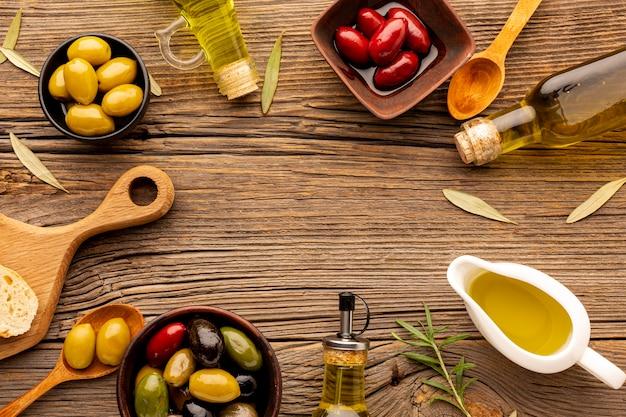 Platliggende olijfmix met olie Gratis Foto