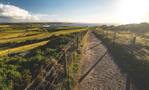 Platteland het lopen manier aan kust noord-ierland Premium Foto