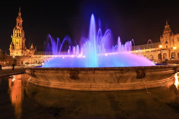 Plaza de espana of spanje plein met vicente traver-fontein in de nacht, sevilla, spanje Premium Foto