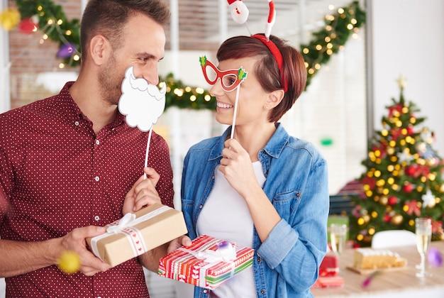 Plezier hebben op het kerstfeest op kantoor Gratis Foto