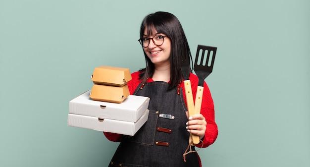 Plus-size mooie vrouw bezorgt koken, neemt fastfood-concept mee Premium Foto