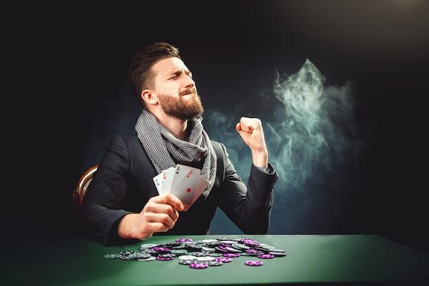 Pockerspeler met kaarten wint het spel Premium Foto