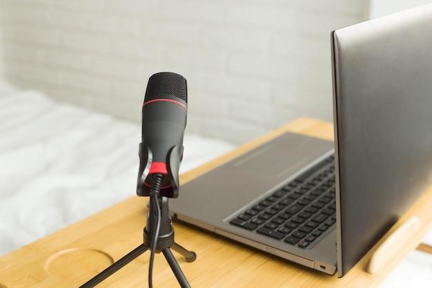 Podcaster amateur-microfoon en notebook voor een blogger. Premium Foto