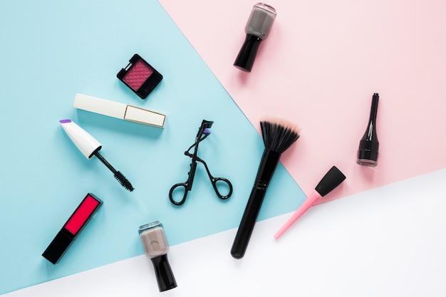 Poederborstel met verschillende cosmetica op tafel Gratis Foto