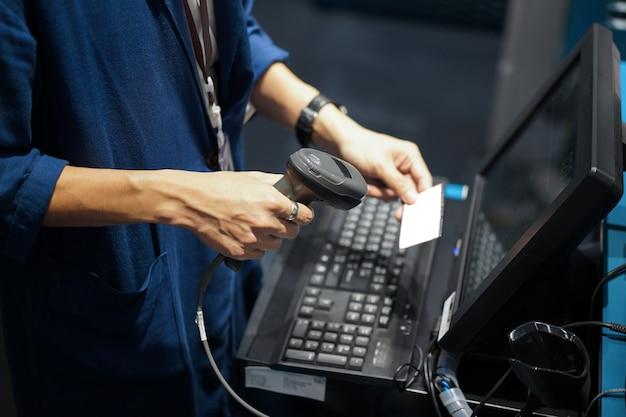 Point of sales shot, barcode of qr-code scannen aan de voorkant van de computer. Premium Foto