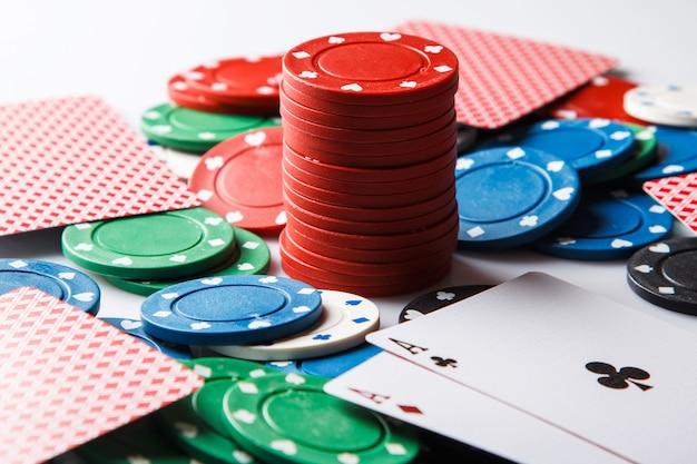 Pokerkaarten en chips Premium Foto