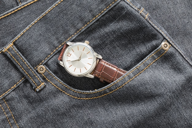 Polshorloge in denim jeanszak Premium Foto