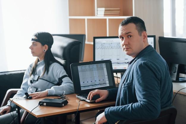 Polygraaf wordt getest. meisje passeert leugendetector in het kantoor. vragen stellen Gratis Foto