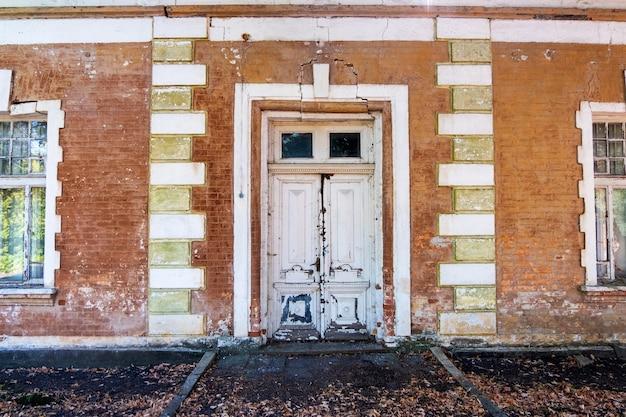 Pommer mansion, toegangsdeur van een oud verlaten gebouw met brekende gevel Gratis Foto