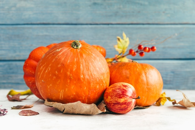 Pompoenen en appel op tafel Gratis Foto