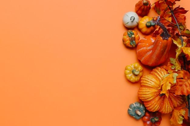 Pompoenen en herfstbladeren met kopie ruimte aan de linkerkant Gratis Foto