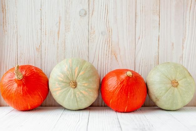 Pompoenen voor houten muur rustieke landelijke stijl natuurlijke biologische groenten eten Premium Foto