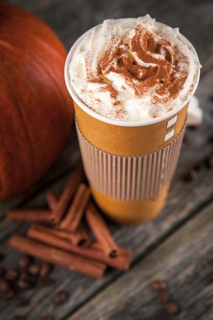 Pompoenkruid latte in een papieren beker Premium Foto