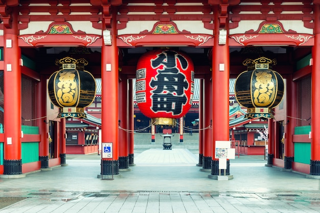 Poort van heiligdom sensoji met grote rode lantaarn. Premium Foto