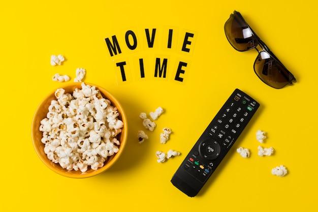 Popcorn en afstandsbediening voor tv Premium Foto