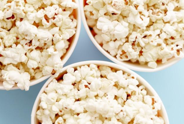 Popcorn in emmers. drie emmers met popcorn, bovenaanzicht. Premium Foto