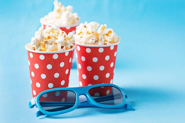 Popcorn met 3d bril op blauwe achtergrond Premium Foto