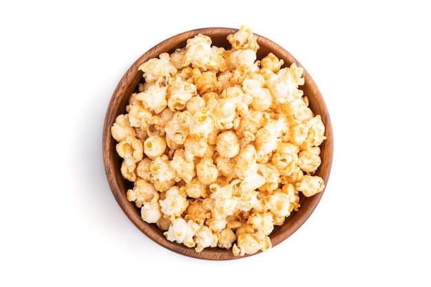 Popcorn met karamel in houten kom Premium Foto