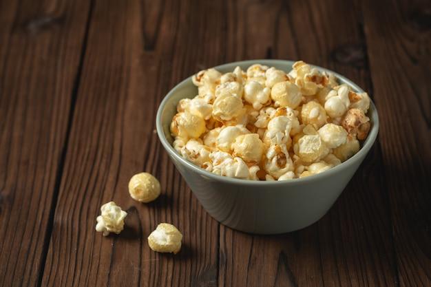 Popcorn op de houten tafel. Gratis Foto