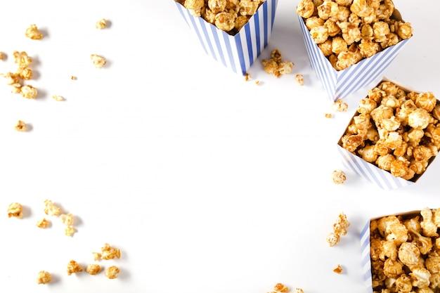 Popcorn op wit wordt geïsoleerd dat Gratis Foto