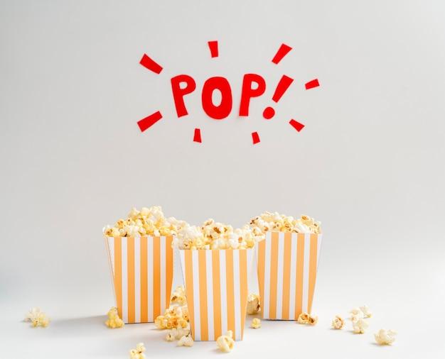 Popcorn vakken met pop teken hierboven Gratis Foto