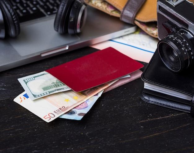 Portemonnee met euro en camera Gratis Foto