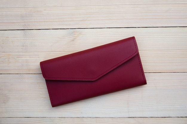 Portemonnee op de houten tafel Premium Foto