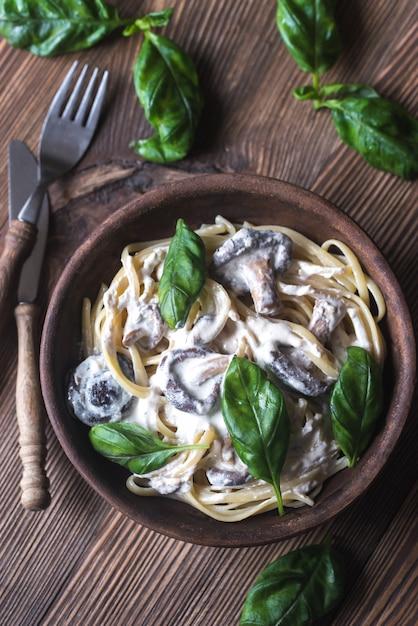 Portie romige champignon linguine Premium Foto