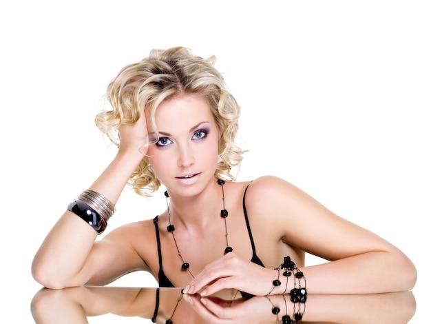 Portrait van mooie jonge vrouw met blond krullend haar Gratis Foto