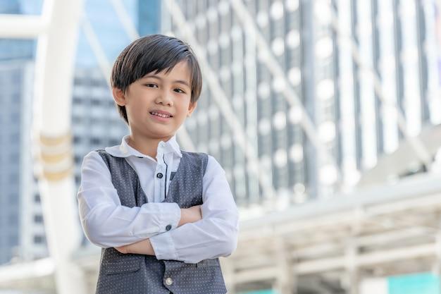 Portret aziatische jongen op zakenwijk, levensstijl kinderen kind mensen concept Gratis Foto