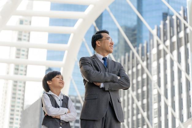 Portret aziatische zakenman en zijn zoon op zakenwijk Gratis Foto