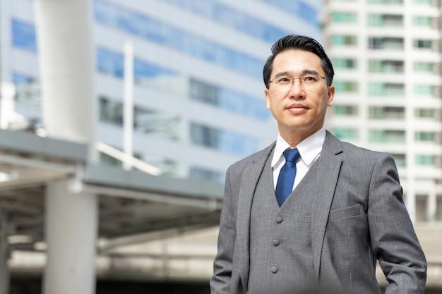Portret aziatische zakenman zakenwijk, levensstijl mensen bedrijfsconcept Gratis Foto