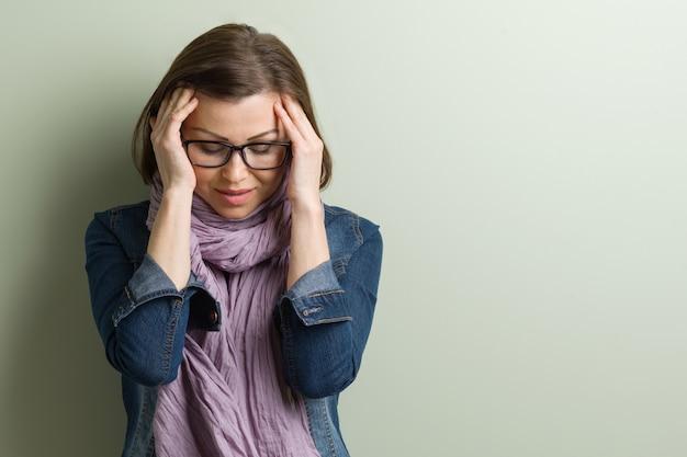 Portret benadrukt trieste vrouw van middelbare leeftijd Premium Foto
