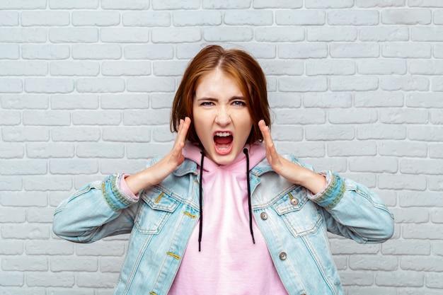 Portret boos jonge vrouw schreeuwen Premium Foto