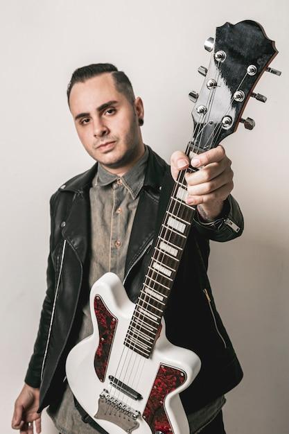 Portret dat van de mens elektrische gitaar toont Gratis Foto