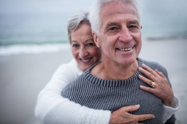 Portret dat van gelukkig hoger paar elkaar omhelst Premium Foto