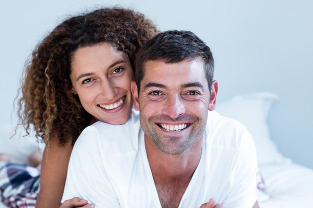 Portret dat van gelukkig paar op bed ligt Premium Foto