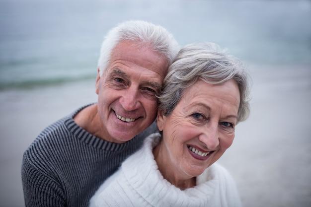 Portret dat van hoger paar elkaar omhelst Premium Foto