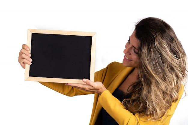 Portret dat van jonge vrouw een leeg bord houdt Gratis Foto