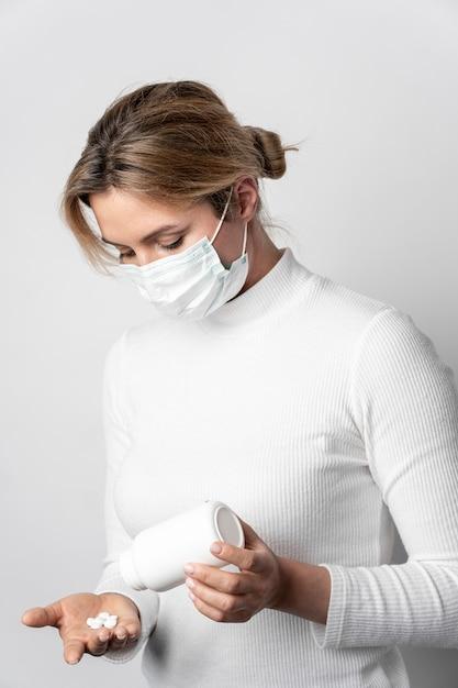 Portret dat van jonge vrouw medische behandeling neemt Gratis Foto