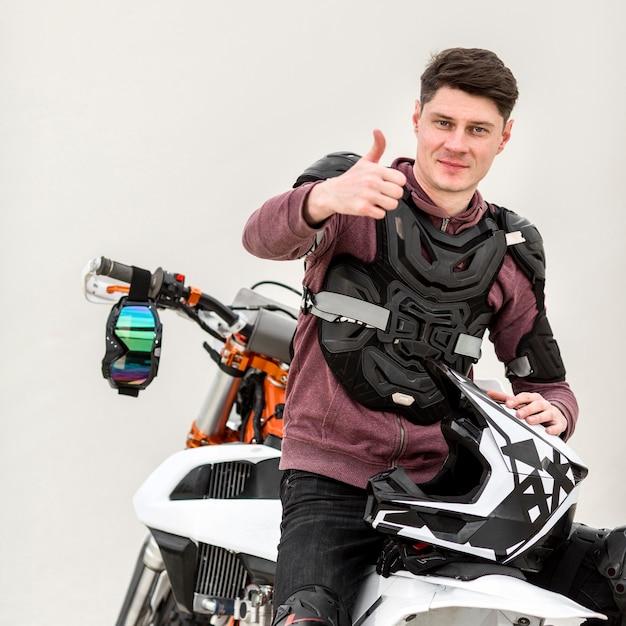Portret dat van motorrijder duim toont Premium Foto