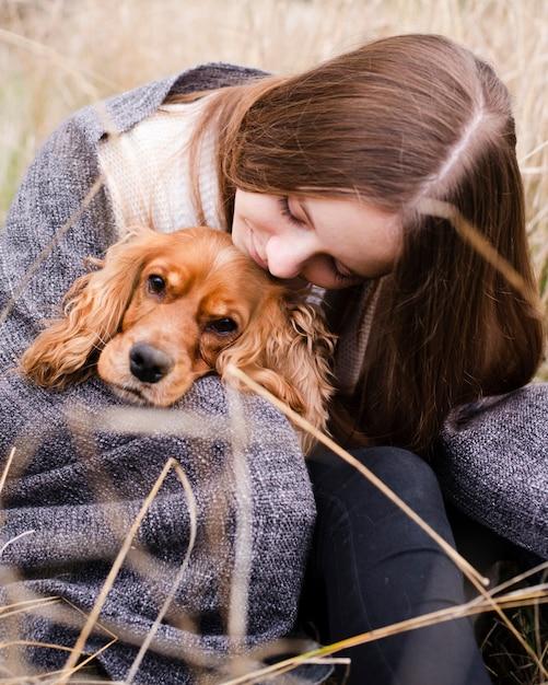 Portret dat van vrouw haar hond houdt Gratis Foto