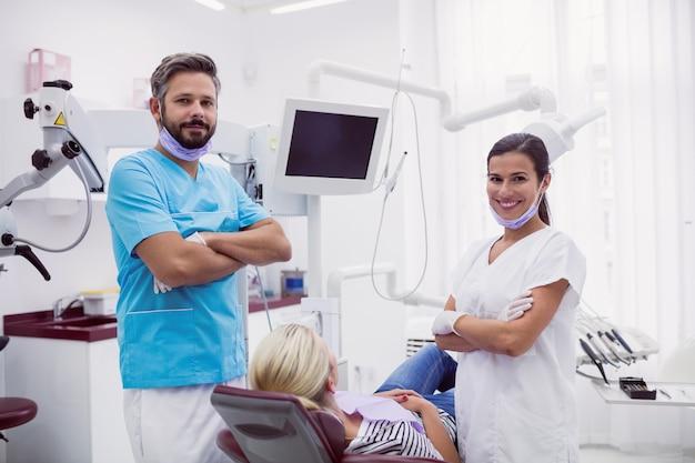Portret die van mannelijke en vrouwelijke tandarts zich in tandkliniek bevinden Gratis Foto